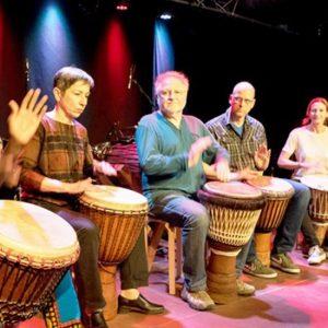 Afrikanische Trommler auf der Bühne